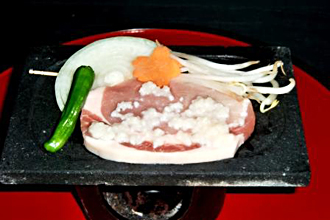 豚肉の塩糀漬石焼