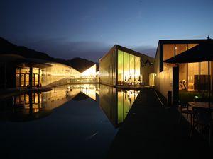 休暇村グループ公共の宿むいかいち温泉ゆ・ら・らの夜の外観