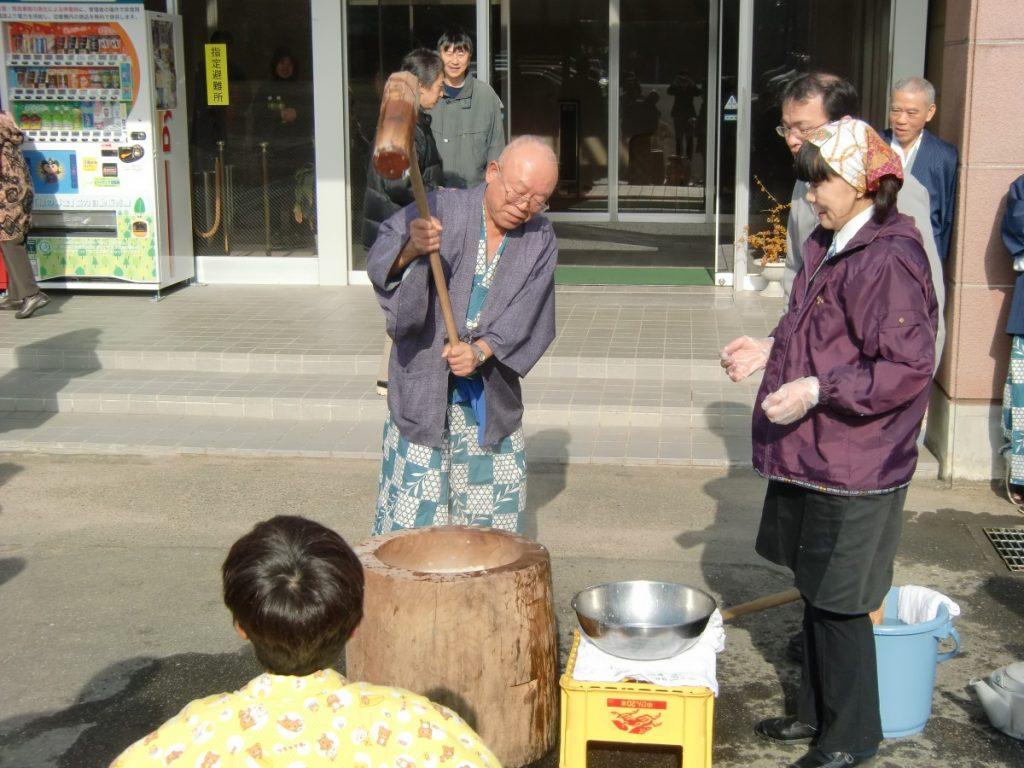 休暇村グループの公共の宿 国民宿舎両神荘 餅つき